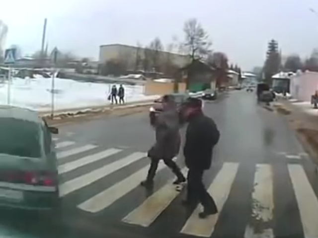 Лихач в Калуге чуть не сбил пешеходов