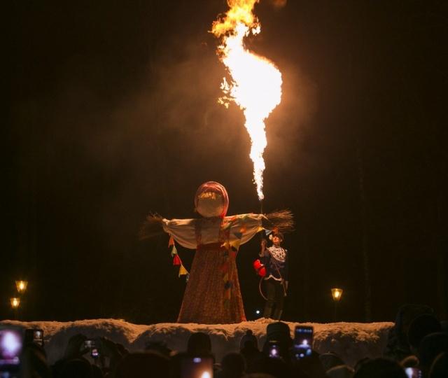 В Туле подожгли чучело из огнемета, провожая зиму (6 фото)
