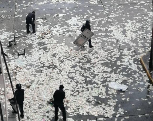 Жители Венесуэлы выбрасывают на улицу обесцененную местную валюту (4 фото)