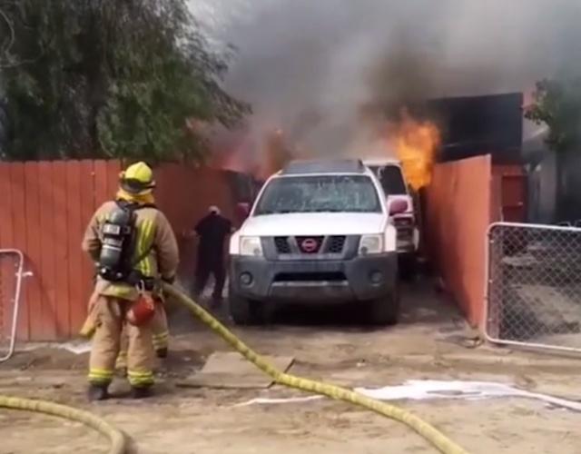 Мужчина бросился в горящий дом (3 фото + видео)