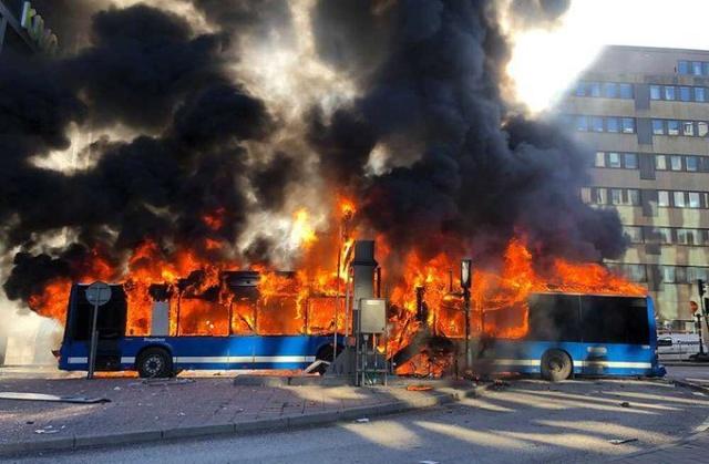 В центре Стокгольма взорвался автобус (4 фото + видео)