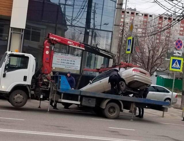 В Краснодаре эвакуаторщики уронили автомобиль, когда ставили его на погрузчик (фото + видео)