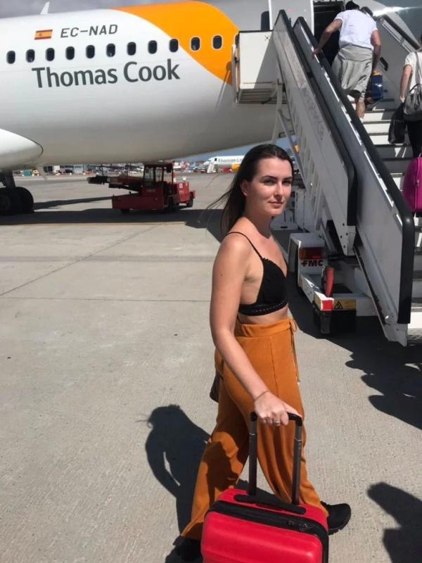 """Работники авиакомпании публично унизили британку за ее """"слишком откровенный наряд"""" (2 фото)"""