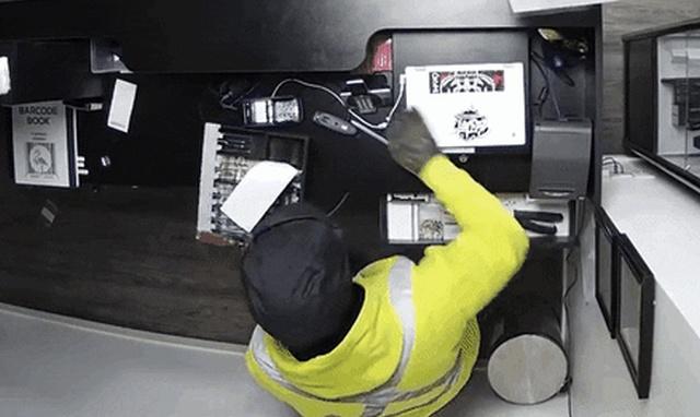 """""""Лихое"""" ограбление магазина с вейпами по-канадски (5 гифок)"""
