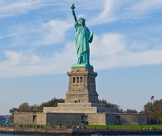 Что можно увидеть, приподняв подол Статуи Свободы? (3 фото)