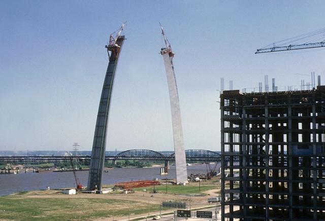 Всемирно известные здания и памятники архитектуры на этапе строительства (20 фото)