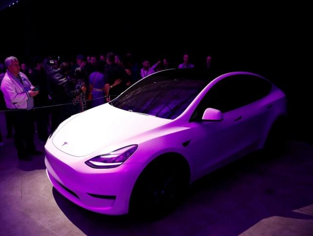 Tesla представила компактный электрический кроссовер Model Y (13 фото)