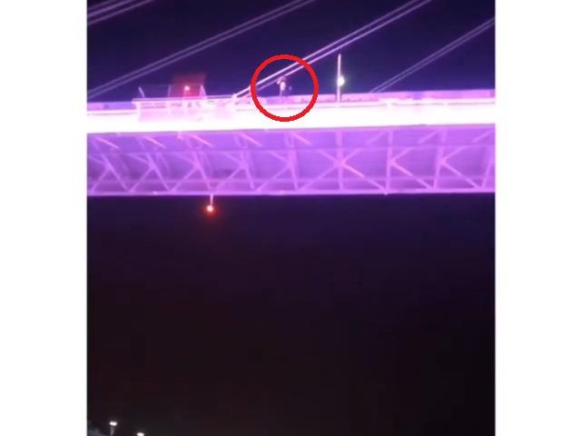 Блогер прыгнул с моста Влюбленных в Тюмени, чтобы заработать лайки