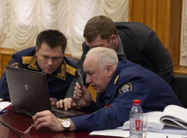 Александр Бастрыкин рассмотрел фото на ноутбуке при помощи лупы (3 фото)