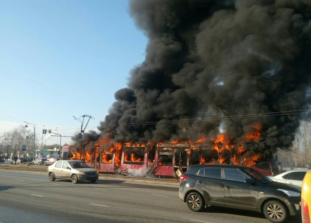 В Казани дотла сгорел трамвай (6 фото + видео)