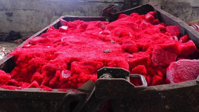 5 тонн запрещенной к ввозу в РФ икры сгребали лопатами (6 фото + видео)