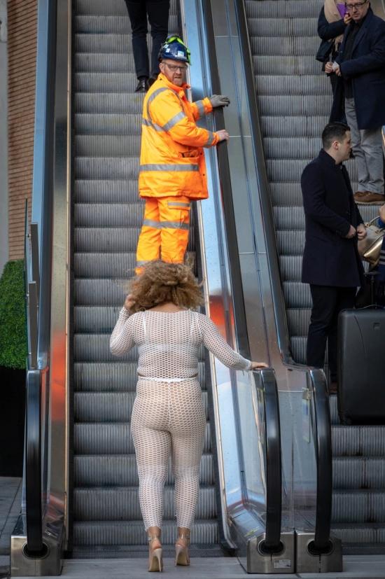 Британка Лу Муссингтон решила проверить, как отреагируют люди на откровенный наряд Хлои Кардашьян (13 фото)