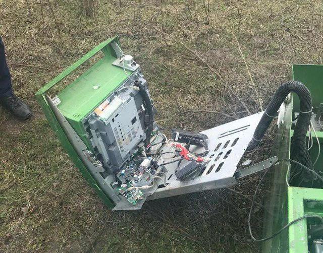 Украденный в Чечне банкомат нашли на окраине населенного пункта (5 фото + видео)