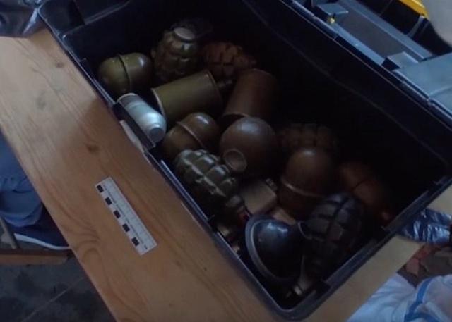 В Подмосковье был обнаружен тайник киллеров с большим количеством оружия (6 фото + видео)