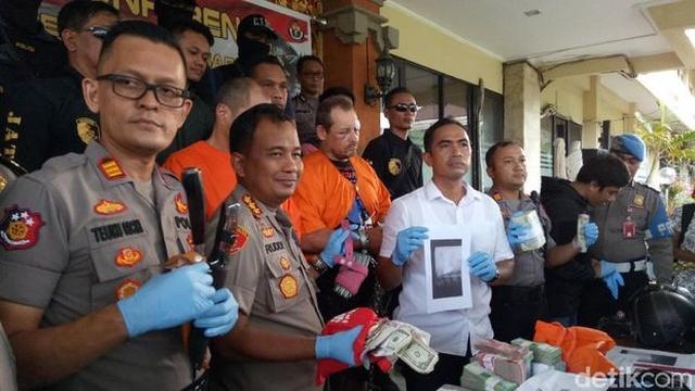 Во время перестрелки с полицией после ограбления обменного пункта на Бали был убит грабитель из России (4 фото)
