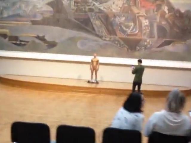 По Третьяковской галерее прогулялся голый мужчина