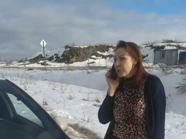 Женщина-водитель устроила истерику, когда ей не дали проехать по тротуару