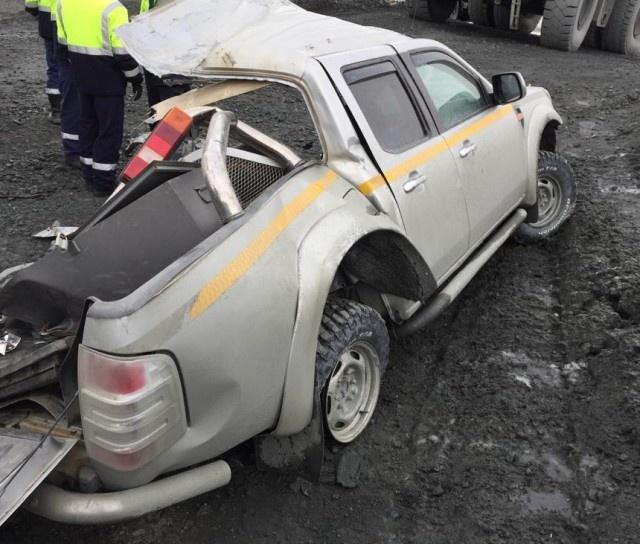 Карьерный самосвал Caterpillar не заметил пикап Ford и проехал по нему (7 фото)