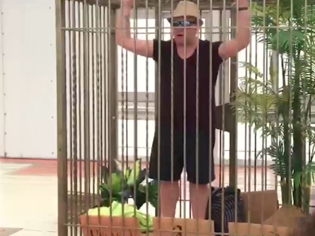 """Пахом из """"Зелёного слоника"""" запер себя в клетке около Киевского вокзала"""
