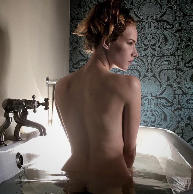 Актриса Шарлотта Кирк, из-за которой директор Warner Bros. потерял работу (19 фото)