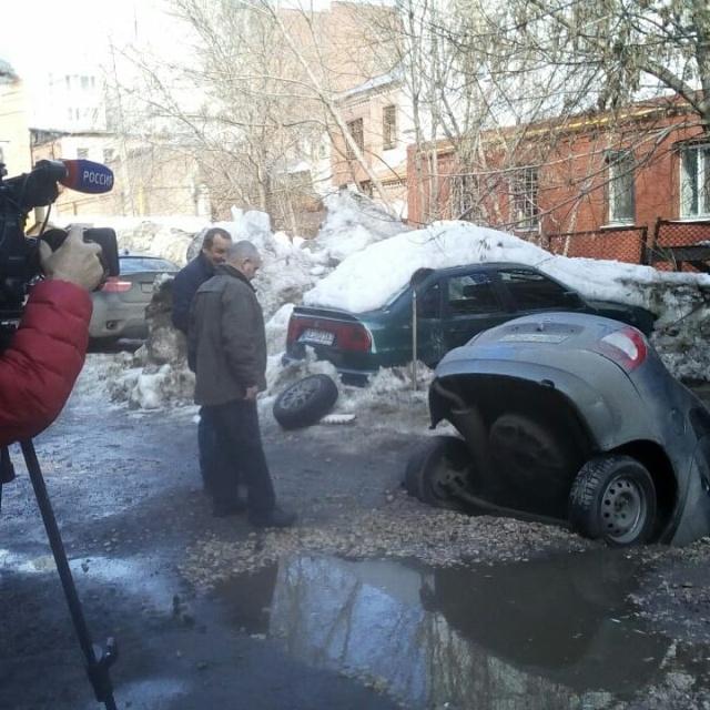 В Самаре автомобиль с пассажирами провалился под асфальт (4 фото)