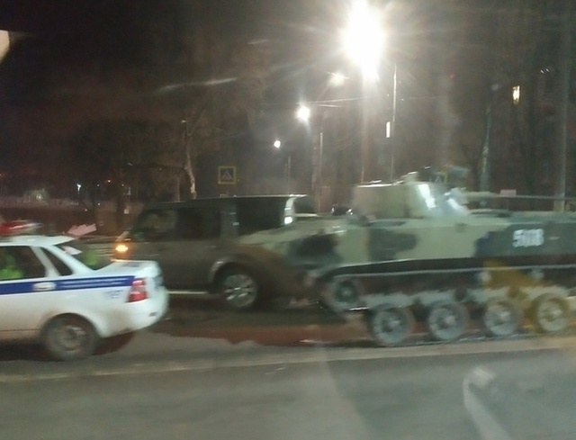 В Туле БМД врезался во внедорожник Land Rover (4 фото + 2 видео)
