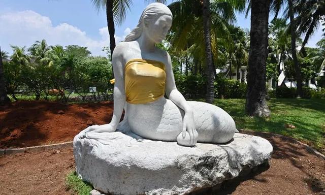 В индонезийском парке скульптурам прикрыли грудь (3 фото)