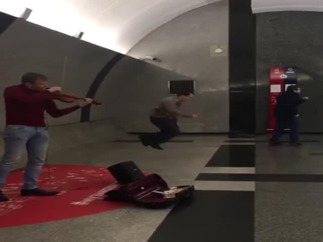 Зажигательные танцы в метро на глазах у изумленных прохожих