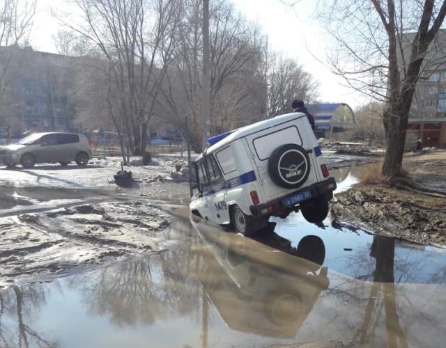 В Рубцовске полицейский УАЗ застрял в глубокой яме (2 фото + видео)