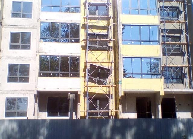 Дом со странным окном в Барнауле стал жилым (3 фото)