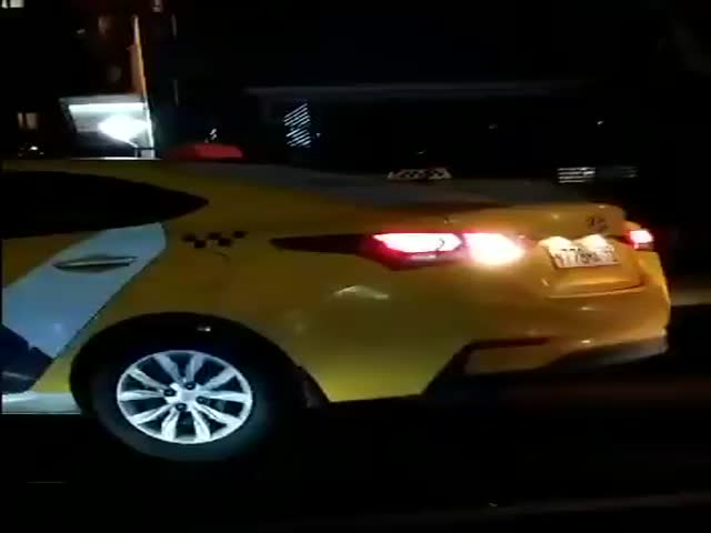 """В Москве заметили два автомобиля """"Яндекс.Такси"""" с одинаковыми номерными знаками"""