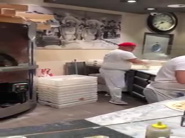 Когда пришел в пиццерию покушать, но застал такое шоу