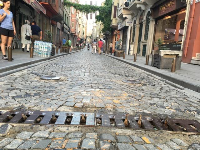 Как в Стамбуле борются с нарушителям ПДД, которые ездят против движения по узким улочкам (2 фото)