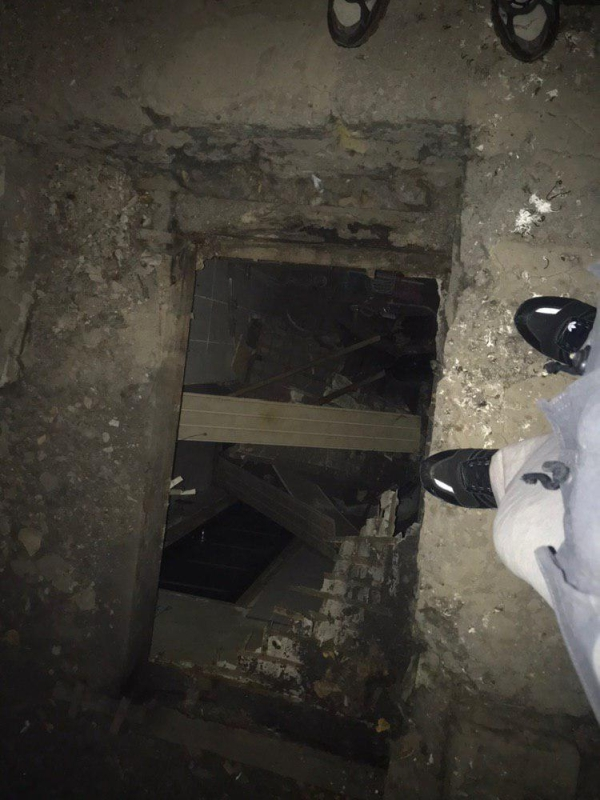 В Перми коммунальщики очищали крышу дома от снега (3 фото + видео)