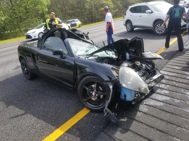 Водитель кабриолета чудом выжил и не пострадал после аварии с грузовиком (9 фото)