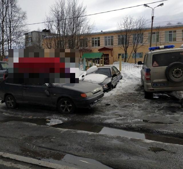 Полиция Мурманска выясняет, почему вандалы установили гроб на крышу автомобиля (2 фото + видео)