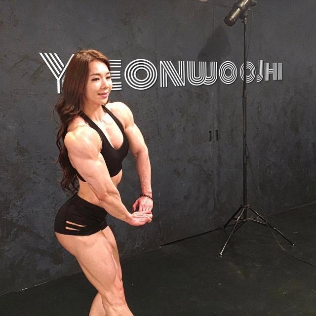 """Чжи Ен Ву - южнокорейская """"Мускулистая Барби"""" (17 фото)"""