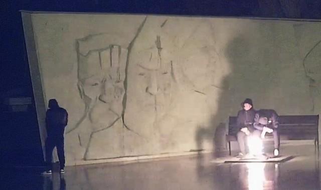 """Вандалы осквернили братскую могилу и устроили """"посиделки"""" у Вечного огня в Будённовске (4 фото)"""