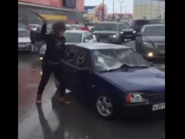 Пранкер из Нового Уренгоя разбил кувалдой автомобиль, припаркованный посреди дороги