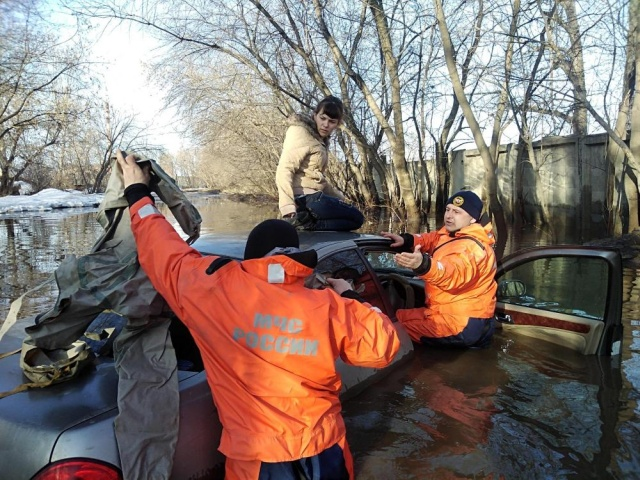В Сибири сотрудники МЧС спасли девушку, автомобиль которой утонул в луже (3 фото)