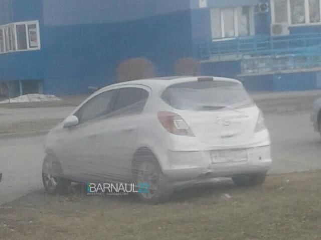 """""""Супергерой"""" из Барнаула борется с нарушителями правил парковки (2 фото)"""