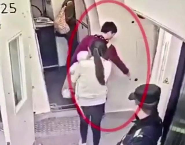 Очень суеверный, но не слишком умный пассажир самолета из Китая (6 фото)