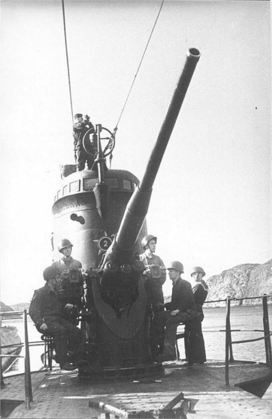 Для чего были нужны пушки на подводных лодках? (8 фото)