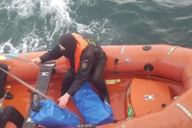 Полиция Румынии обнаружила на побережье Черного моря 130 килограммов кокаина (6 фото)