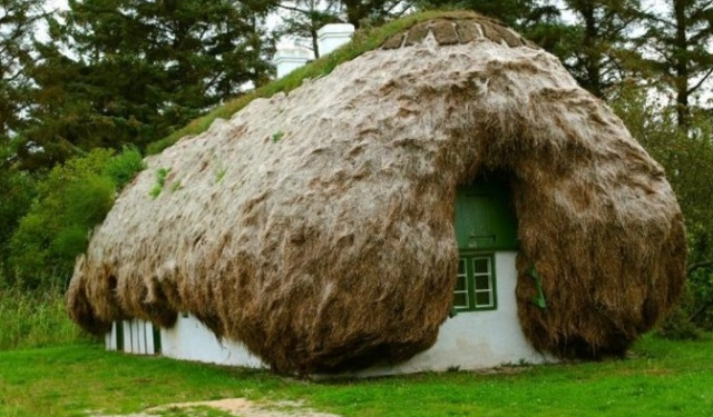Необычные дома на острове Лэсо (6 фото)