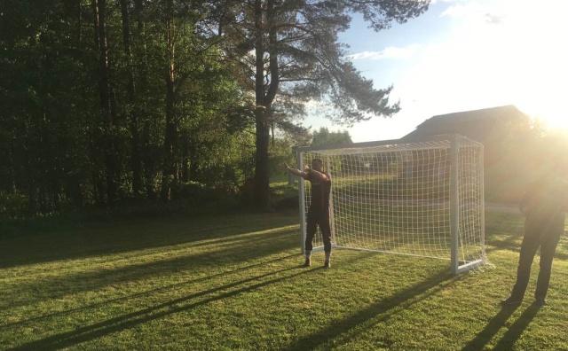 """Жители белорусской деревни сделали своими руками футбольное поле, но лесхозу это """"не понравилось"""" (7 фото)"""