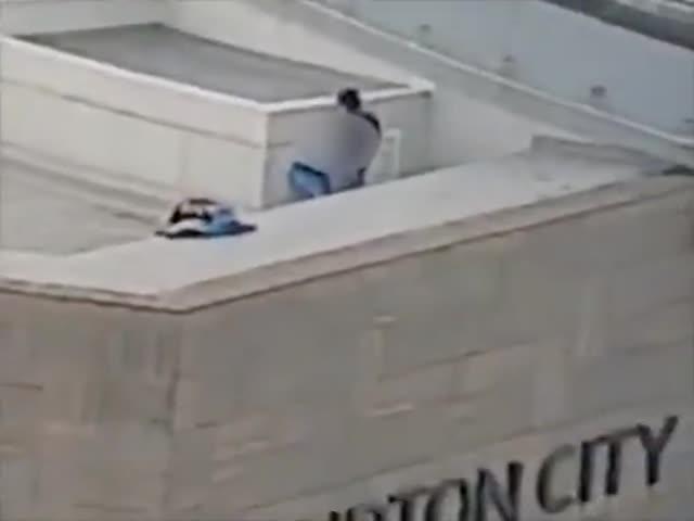 """Пара хотела """"уединиться"""" на крыше, но не подумала о людях в соседнем офисе"""