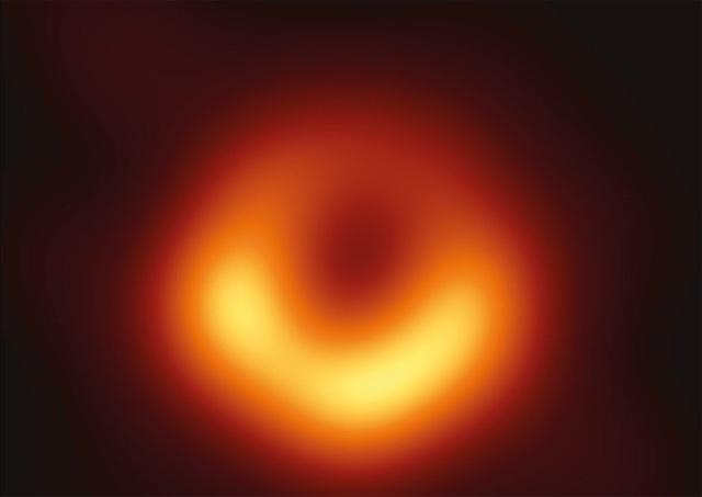 Ученые впервые в истории получили изображение черной дыры (2 фото)