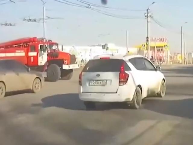Грузовик протаранил пожарную машину в Челябинске