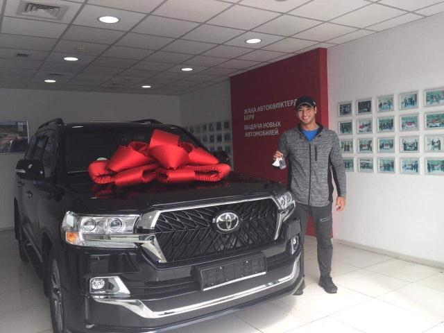 Казахстанскому спортсмену Кыдыргали Онгарбаеву подарили новенький Toyota Land Cruiser (2 фото)